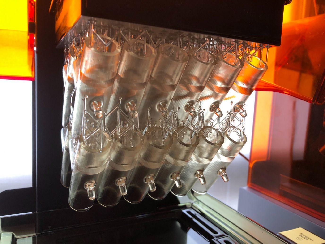フォームラブズが3Dプリンターで人工呼吸器用アダプターを製造