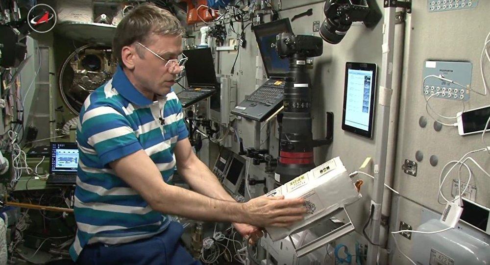ロシアの宇宙飛行士が世界初の3Dプリント人工衛星を宇宙に放出