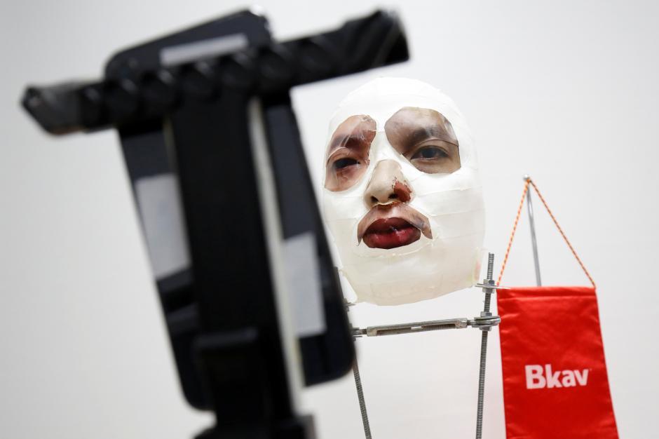 iPhone X の顔認証システムが3Dプリンターで製造された顔マスクで突破される