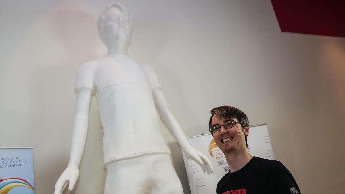 ユーチューバーが世界最大の人体像を3Dプリンターで製造
