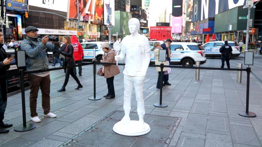 ニューヨークのタイムズスクエアに銃乱射事件の被害者の3Dプリント像が展示
