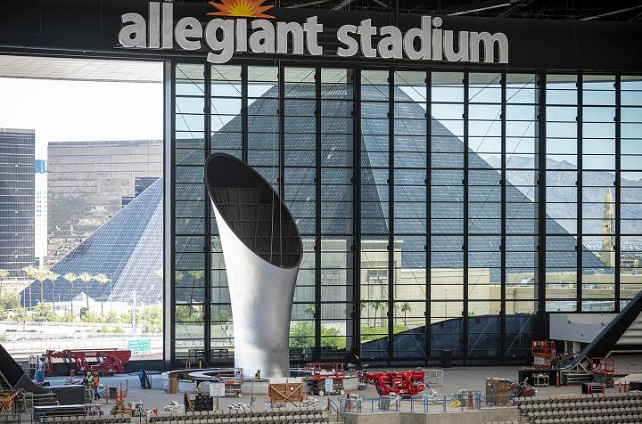 ラスベガス・レイダーズのスタジアムに世界最大規模のトーチ像が設置