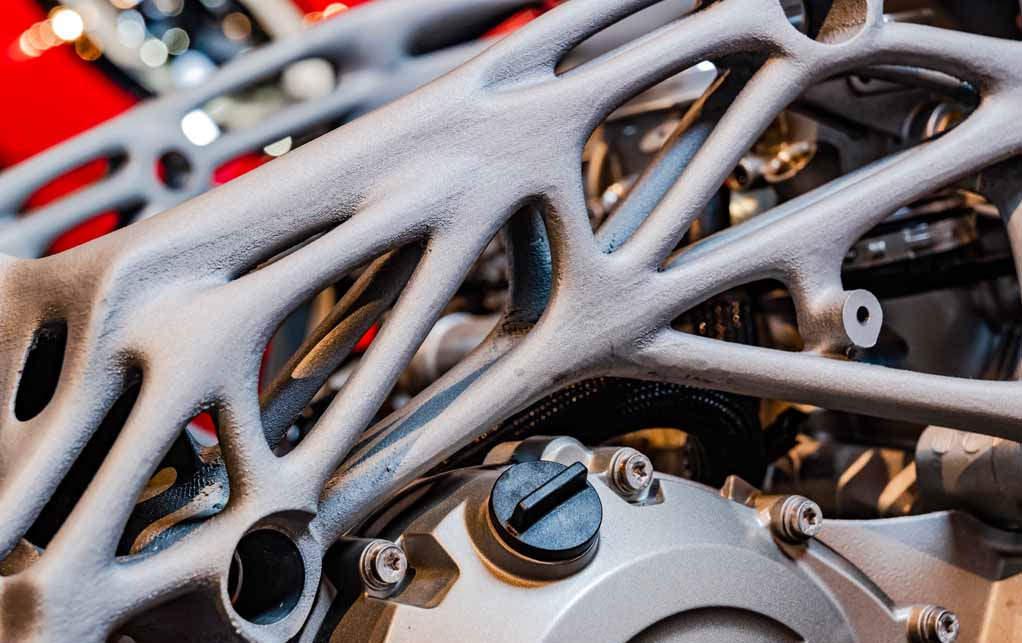 BMWのモーターバイクレーシングチームがレースマシンのパーツづくりに3Dプリンターを活用