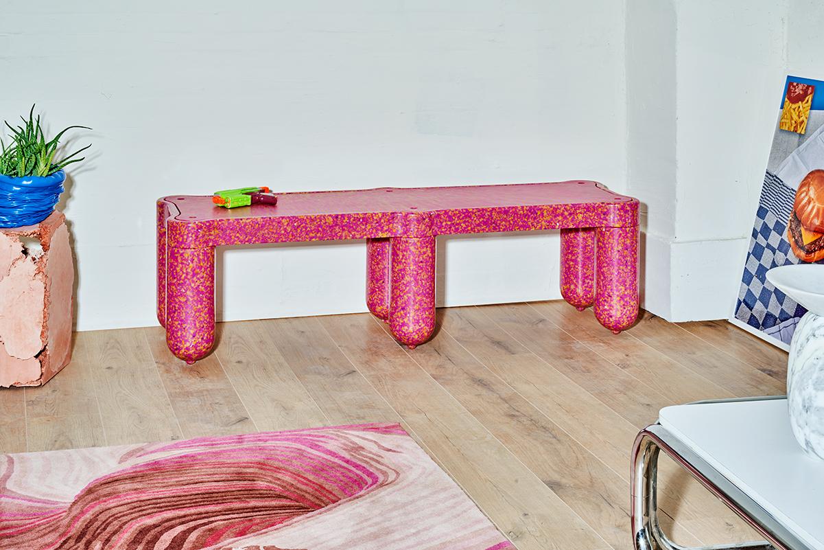 イギリスのデザイン企業がPETボトルを原料に家具を製造